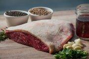 kawałek mięsa położony na stole